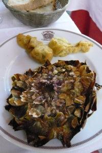 si no sabes qué comer en roma prueba las alcachofas fritas