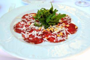 elige qué comer en Roma y prueba el carpaccio, uno de lo principales platos tipicos italianos