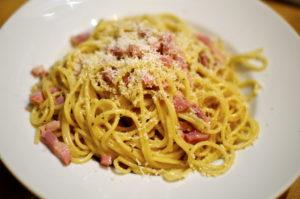 si buscas qué comer en Roma los spaguetti a la carbonara son un plato típico italiano obligatorio